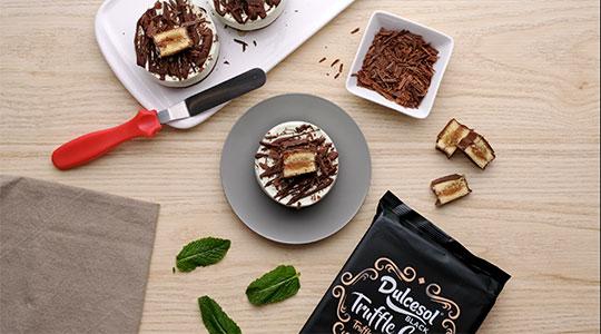 Cheescake de menta con pastelitos de trufa Dulcesol